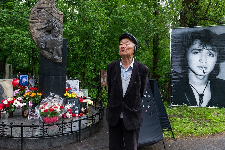 维克托的父亲站在孩子墓前