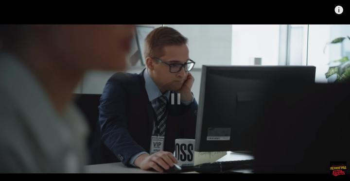 视频一开始男主在办公