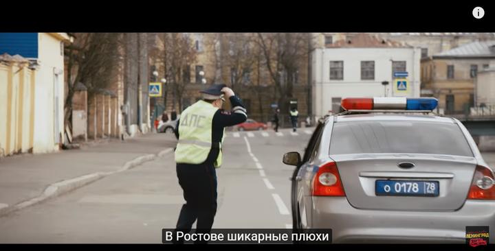 警察下车准备抓他们横穿马路
