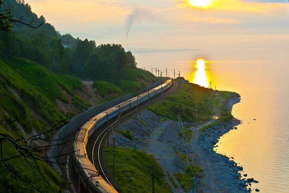 沿着贝加尔湖行驶在西伯利亚大铁路上的火车