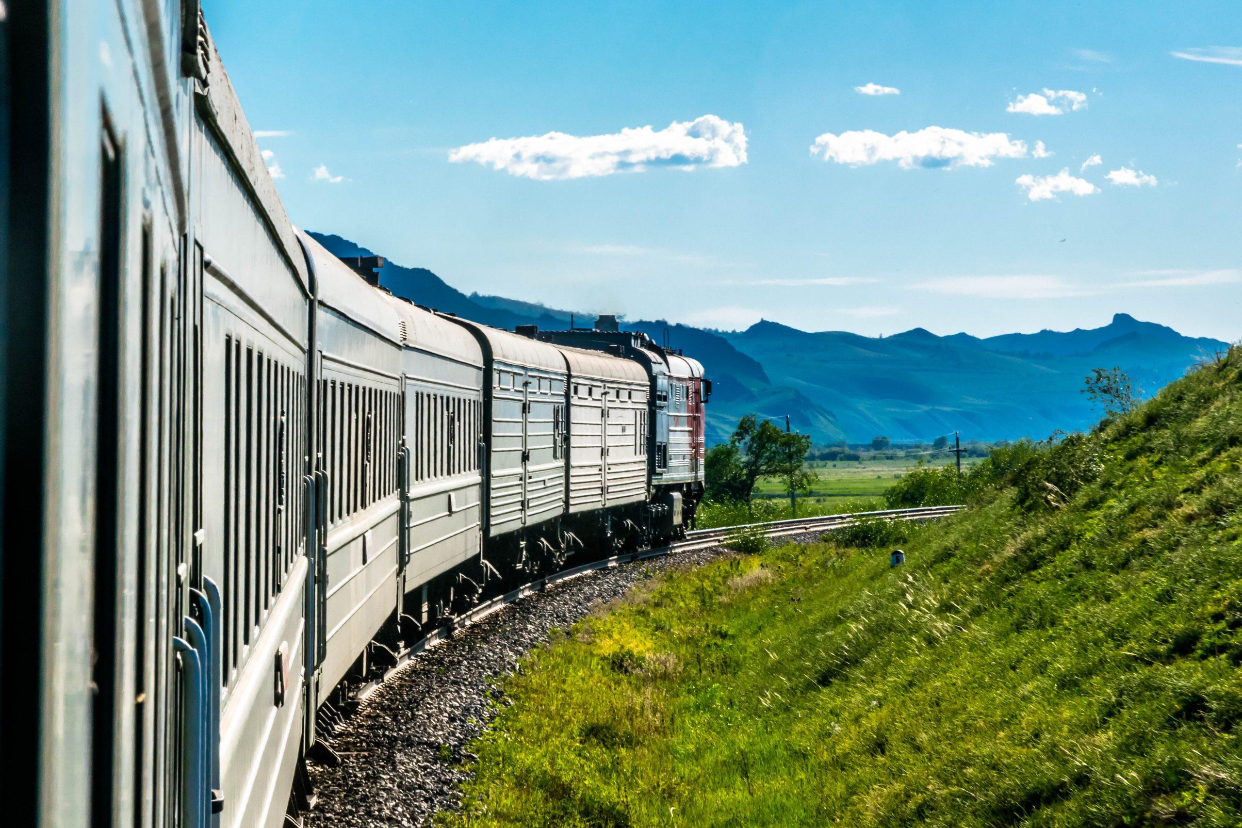 在乌拉尔山区穿行的火车