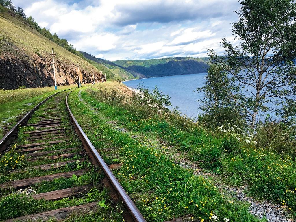 西伯利亚大铁路在贝加尔湖边的风光