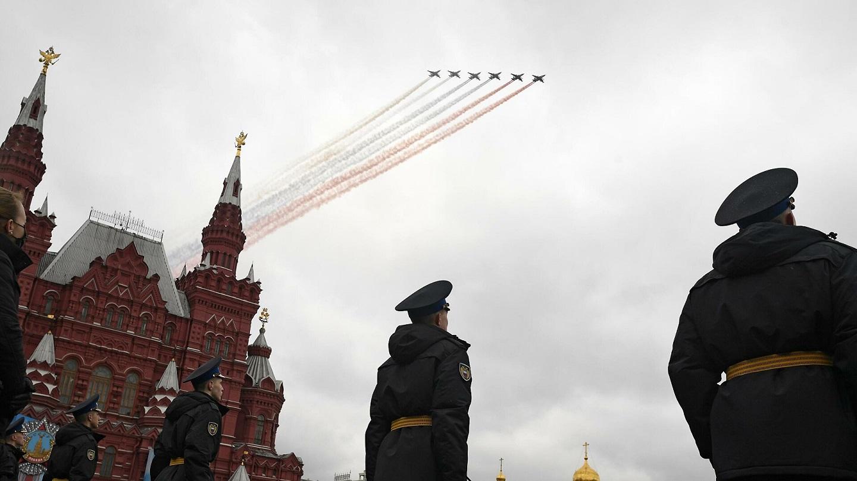 飞机飞过莫斯科红场上空画出俄罗斯国旗的样子