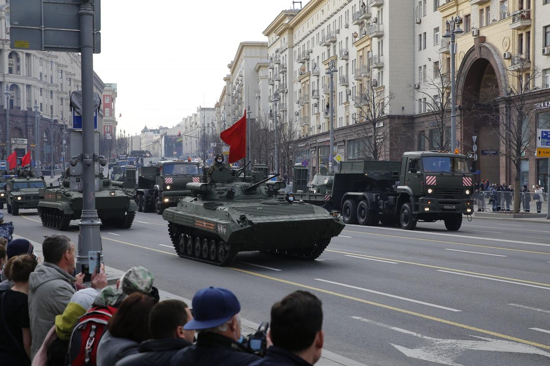 参加阅兵的武器驶过莫斯科的街道,坦克都提前换装了橡胶履带,否则阅兵完成后第二天就要开始补路了