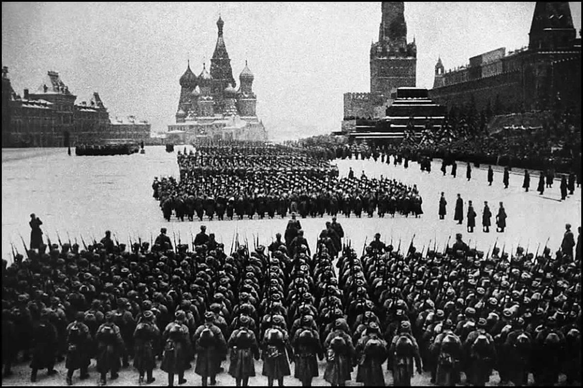 非常著名的一张照片,1941年当纳粹德国已经兵临莫斯科城下,首都即将沦陷时,斯大林举行阅兵式,这些军人在阅兵完成后便直接投入战场