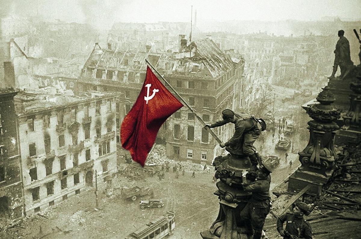 1945年苏联旗帜插上了德国国会大厦的顶端,宣告了苏德战争的结束