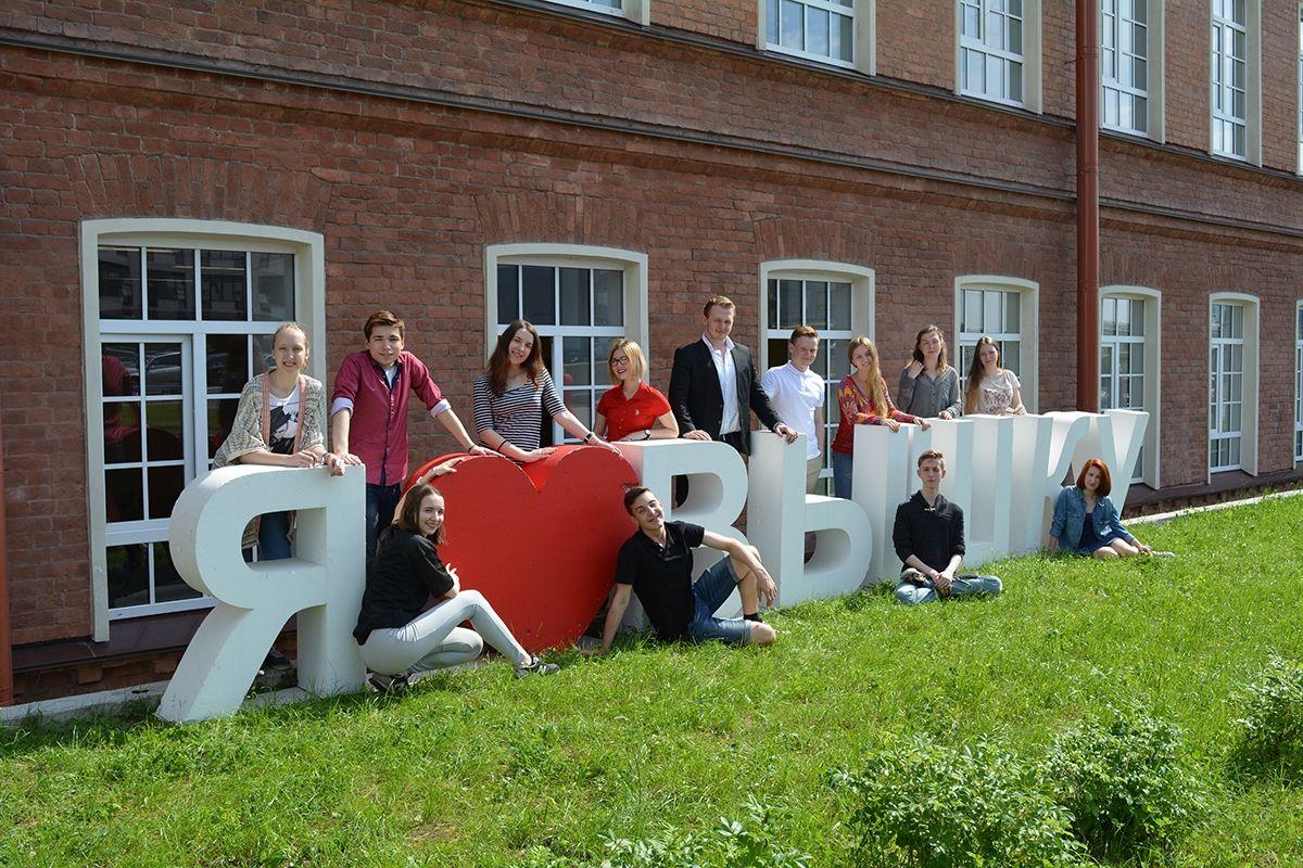 高等经济大学HSE的圣彼得堡校区学生合影