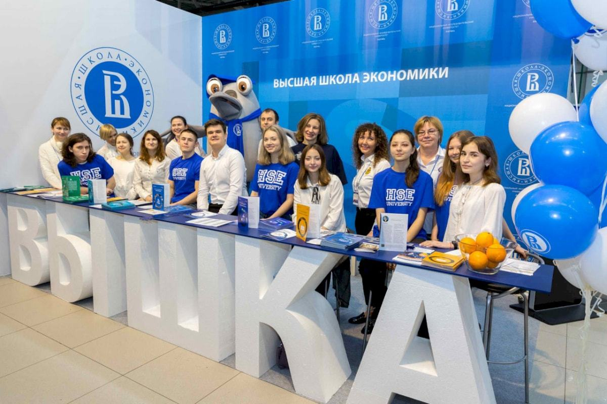 高等经济大学的学生在全俄教育展览
