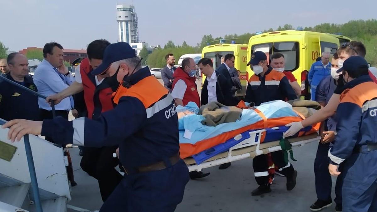 175号中学发生校园枪击案,图为受到重伤的伤员被送往医院