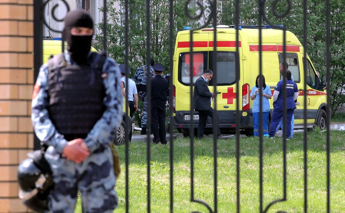 枪击案后警察和特种部队在周围维持秩序