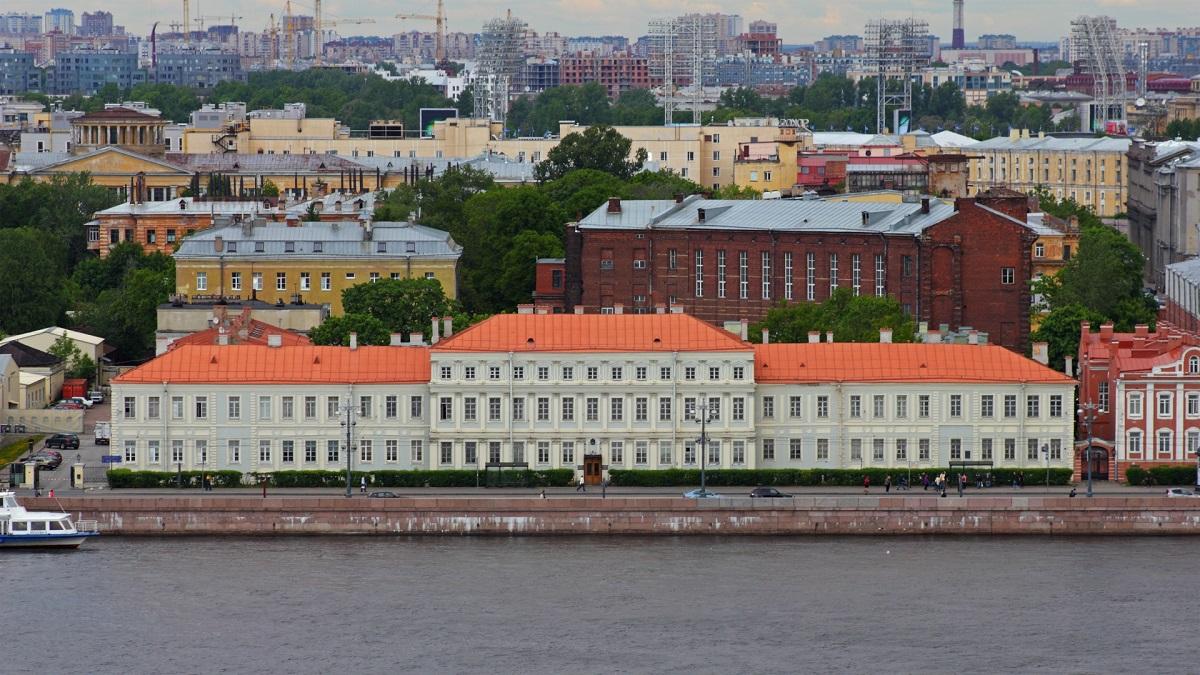 圣彼得堡国立大学主楼侧面的涅瓦河鸟瞰