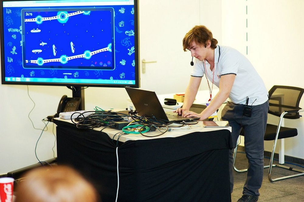 乌拉尔联邦大学数学与计算机科学专业(也就是李经理就读的数学与计算机科学系)在展示自己的项目
