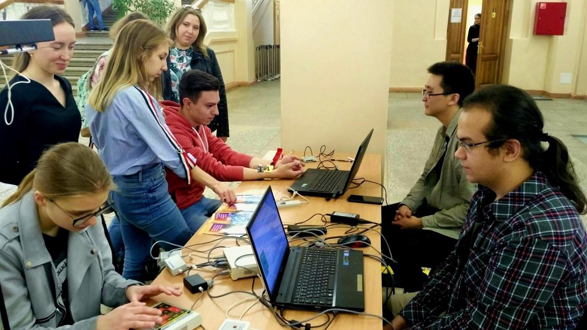 计算机科学专业的学生在学校主楼的计算机活动上展示自己的作品
