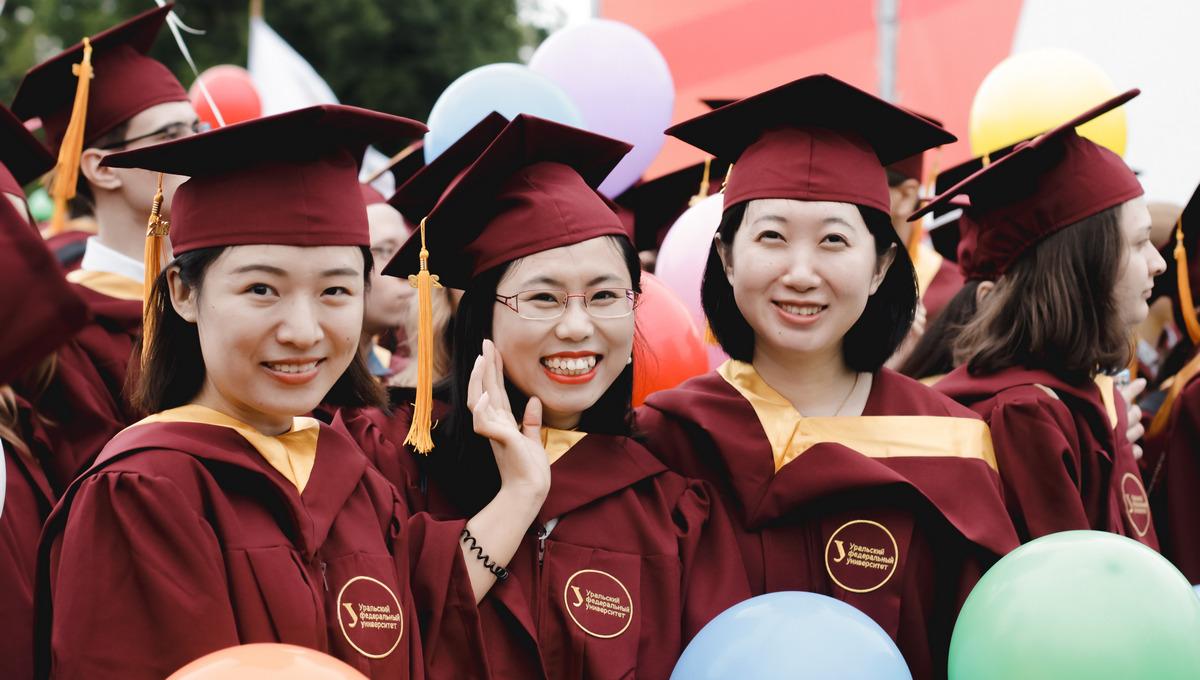 乌拉尔联邦大学的中国博士在参加毕业典礼