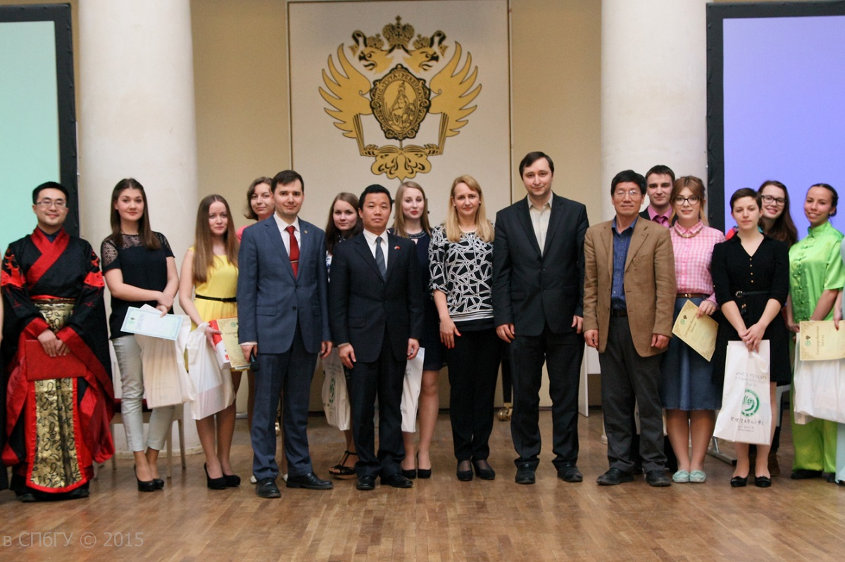 圣彼得堡国立大学的中国学生在节日上合影