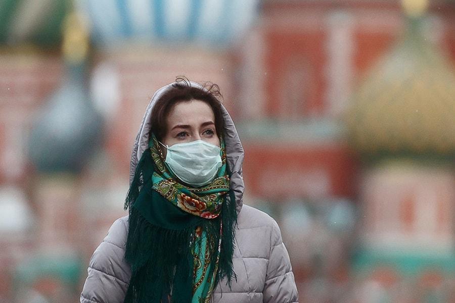莫斯科红场上戴着口罩的俄罗斯女人