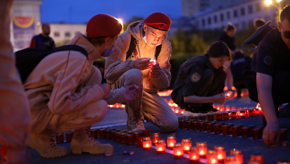 乌拉尔联邦大学昨晚举行了卫国战争烛光悼念活动,纪念卫国战争插图1-小狮座俄罗斯留学