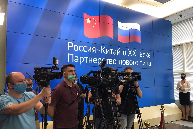 外交部举办庆祝《中俄睦邻友好合作条约》 签署20周年档案文献展插图-小狮座俄罗斯留学