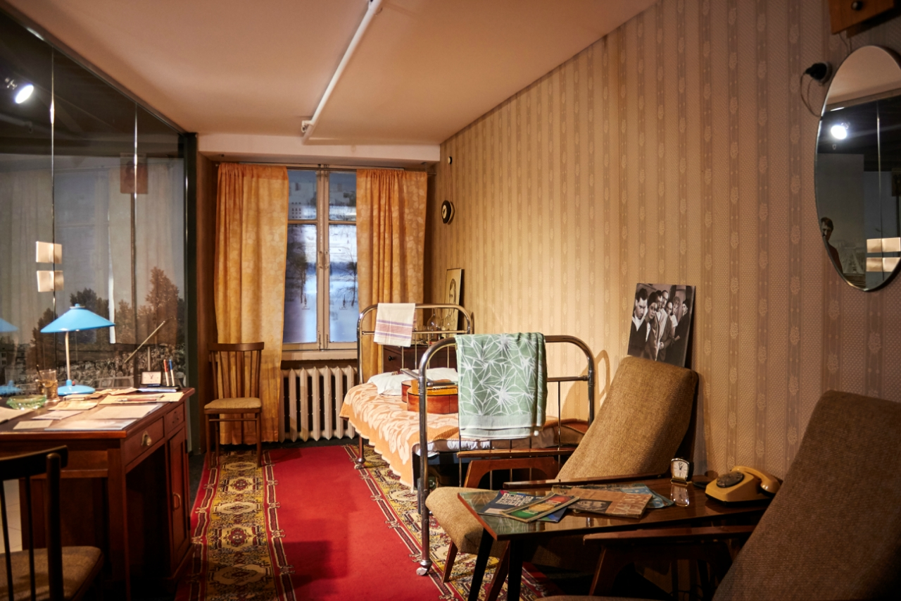 """维索茨基在斯维尔德洛夫斯克市居住时下榻的""""大乌拉尔""""酒店内的房间设施,这些设施都被搬到了这座博物馆中。"""