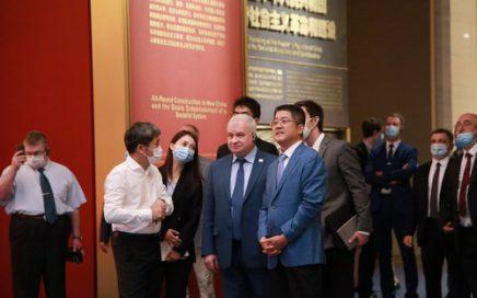 外交部副部长乐玉成邀请俄罗斯驻华大使杰尼索夫共同参观中国共产党历史展览馆 – 俄罗斯新闻缩略图