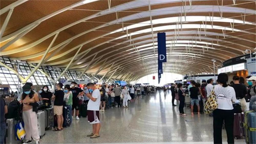 不顾疫情和高价机票,6万名留学生上海浦东机场排队赴美留学引发热议插图-小狮座俄罗斯留学