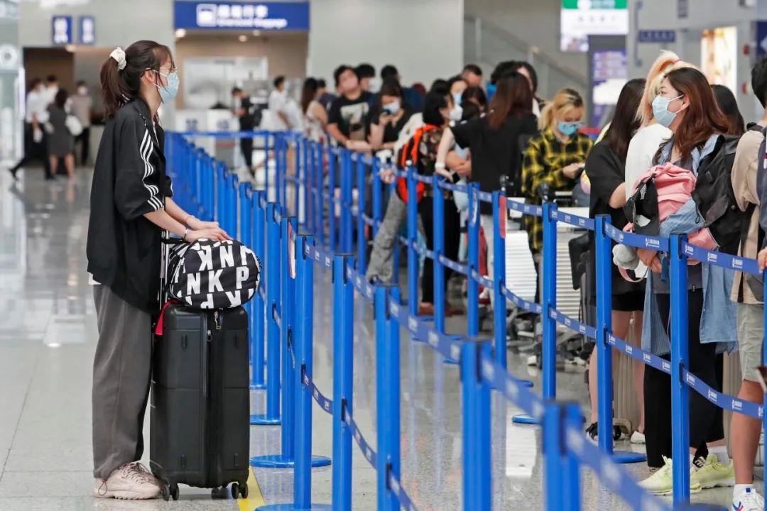不顾疫情和高价机票,6万名留学生上海浦东机场排队赴美留学引发热议插图2-小狮座俄罗斯留学