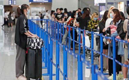 不顾疫情和高价机票,6万名留学生上海浦东机场排队赴美留学引发热议缩略图