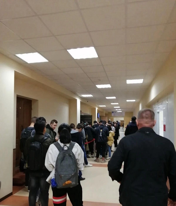 在乌拉尔联邦大学主楼门口许多学生已经开始排队准备办理入学手续,每年9月都非常拥挤这里,但也就这2个月
