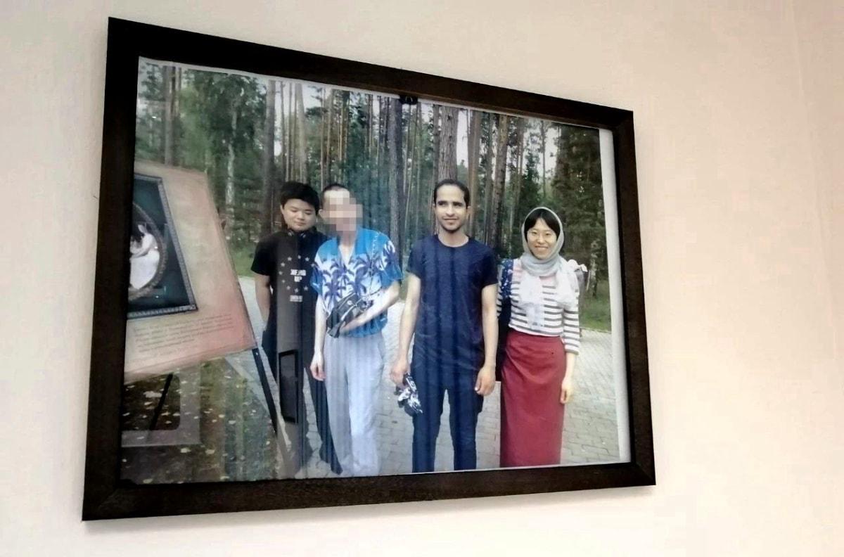 墙上是小狮座公司2017届学生和他们班也门的同学合影 俄罗斯留学