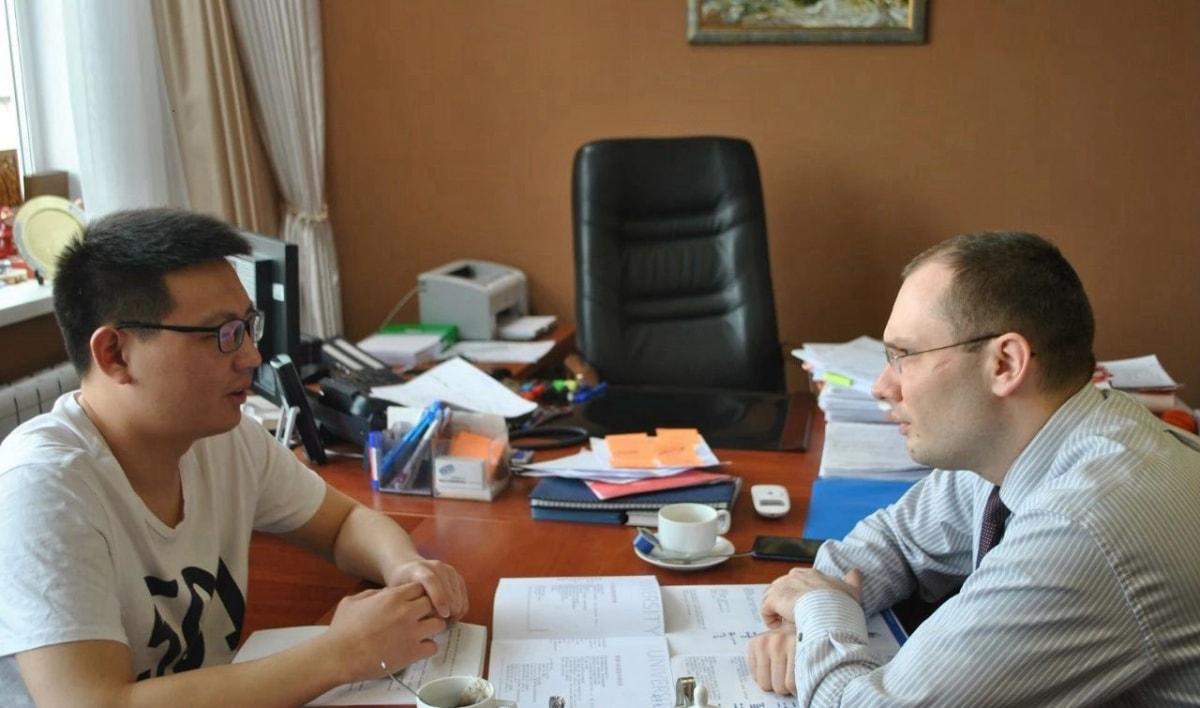 小编和乌拉尔国立经济大学副校长罗曼先生聊天