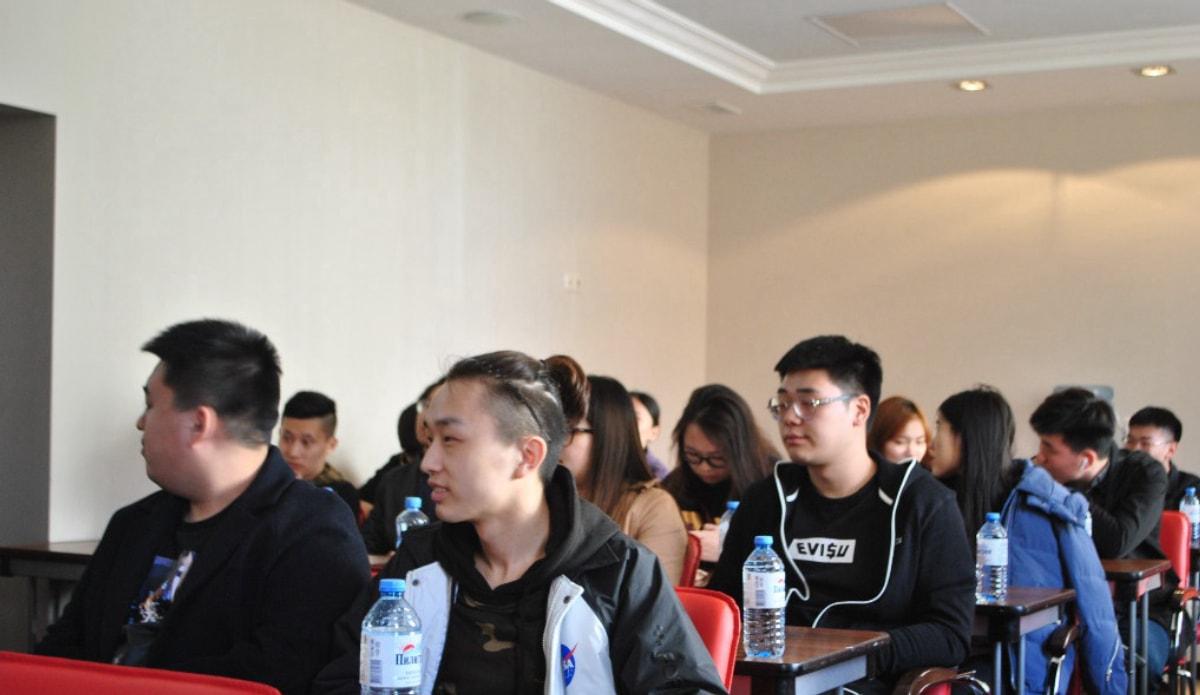 到场的学生,都是咱们公司的客户,当然也有一小部分是同学们的好朋友