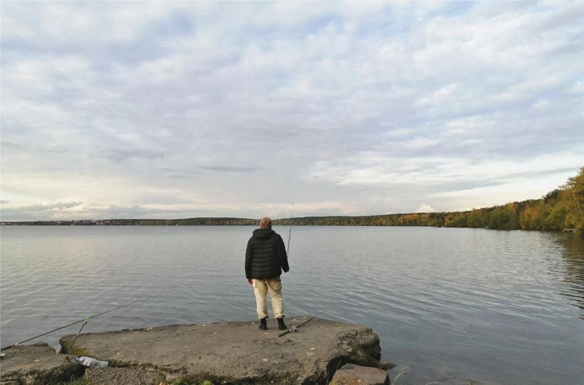 河边钓鱼的叶卡当地居民