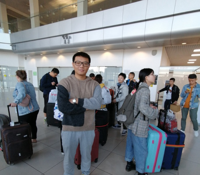 终于接到人了,同学们陆续从机场里面出来 俄罗斯留学