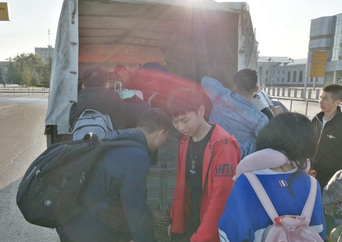同学们搬行李上车,因为我们接机团队的车是小车子不能装下这些大箱子,所以只能找货车拉} 叶卡捷琳堡