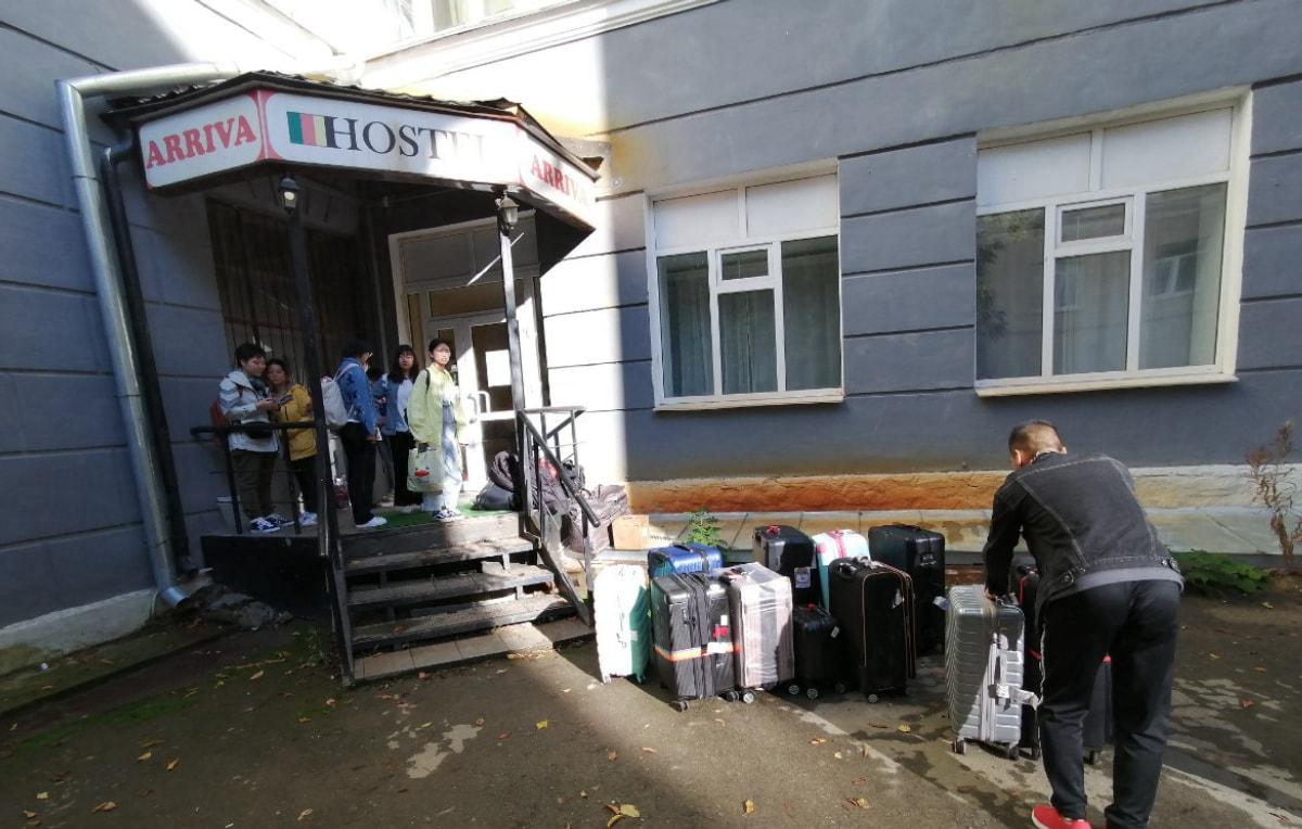 同学们正准备把行李搬进去 俄罗斯留学