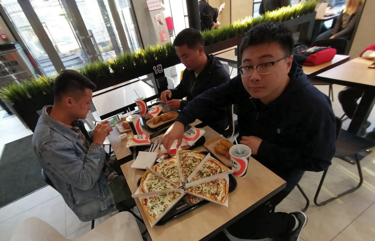 也有男生不想吃快餐想吃俄餐,我就带他们去体验一下Pizza Mia,这是叶卡很受欢迎的一个披萨快餐店,很便宜 俄罗斯留学
