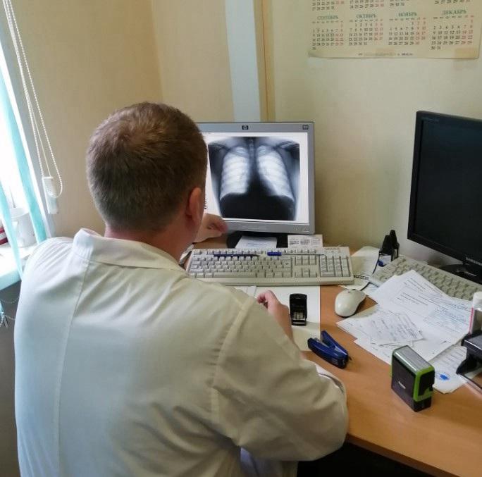 医生正在看他们的肺部X光 俄罗斯留学