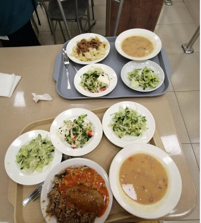 下面这一盘是我点的乌拉尔联邦大学食堂的饭菜,我吃的比较多,这一盘子大概也就是350卢布(大约30元人民币按照2021年1月汇率)