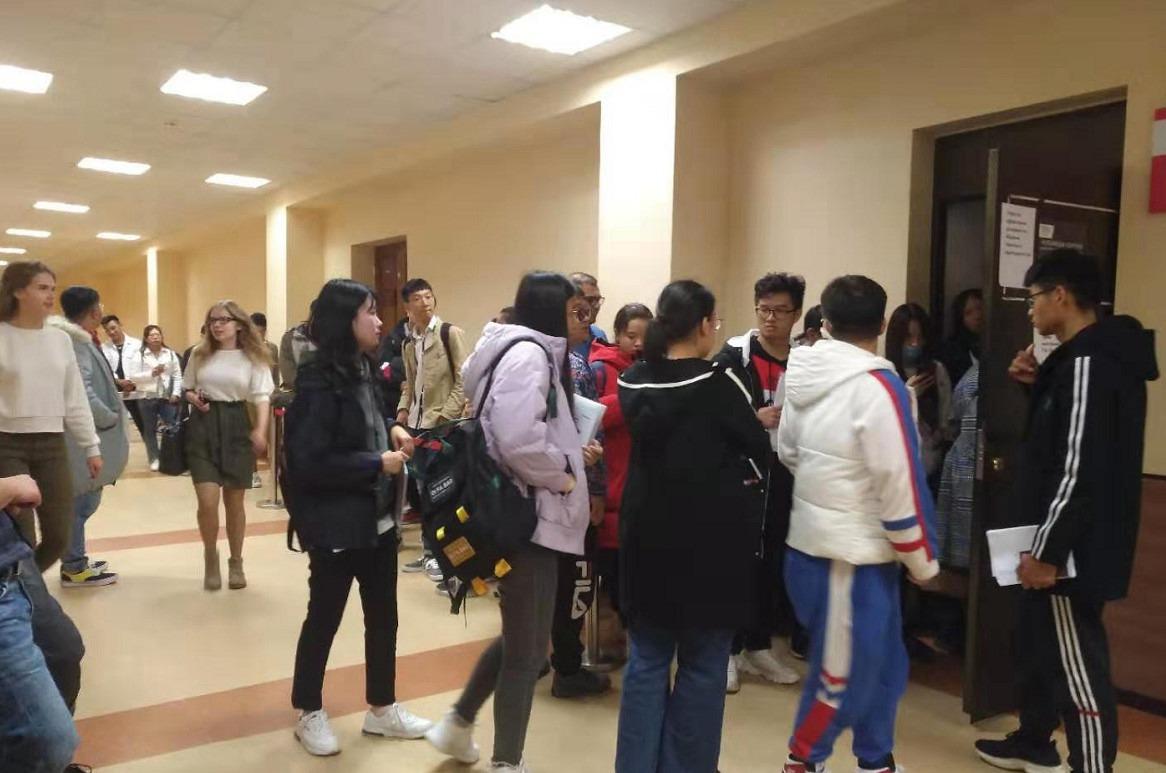 乌拉尔联邦大学外办门口9月一般中国学生排队比较多,10月则其他国家学生很多,因为中国学生更加受到重视,邀请函一般优先办理,很多其他国家的人的邀请函都要9月才做好,中国学生则一般8月底之前就大部分都拿到了