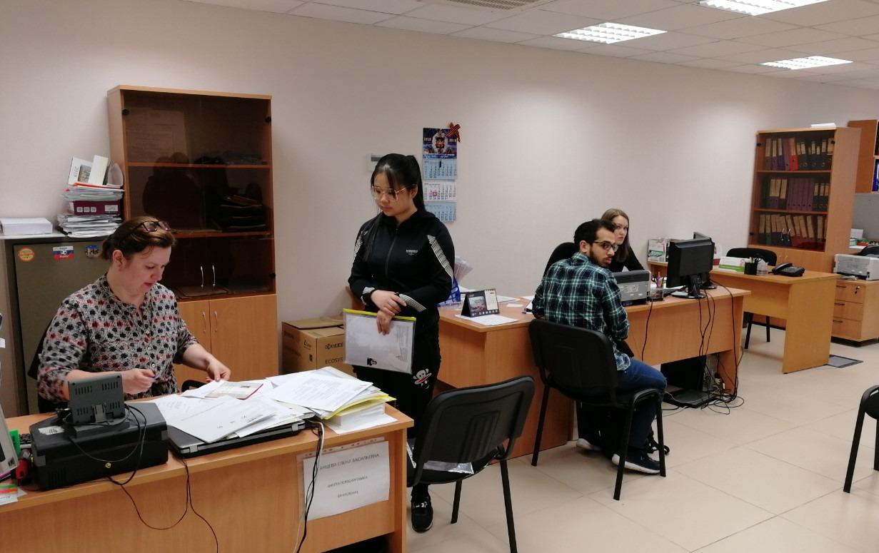 乌拉尔联邦大学外办,我带学生办理入系手续,这是我们公司2018年9月入学乌拉尔联邦大学就读预科的学生