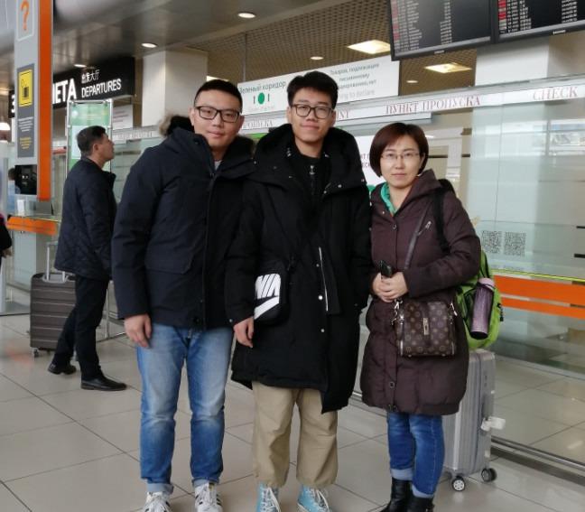 小牛他的妈妈一起来的叶卡,由我和炎龙负责接机,同行的还有三位同学一起都是我们公司的学生