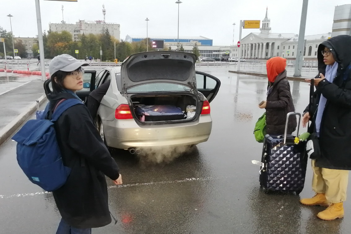 在叶卡捷琳堡科利佐沃机场把大家行李装好准备出发去学校|俄罗斯留学
