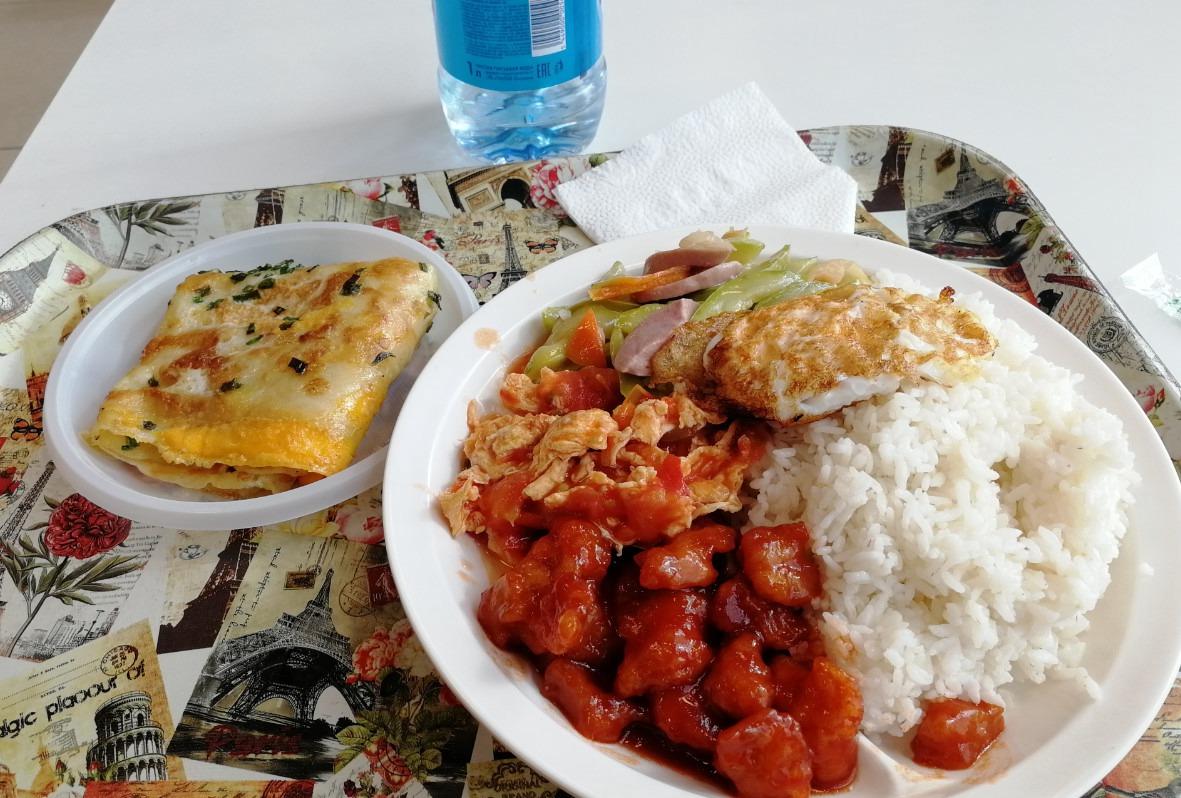 叶卡捷琳堡中国市场的家和餐厅吃中餐