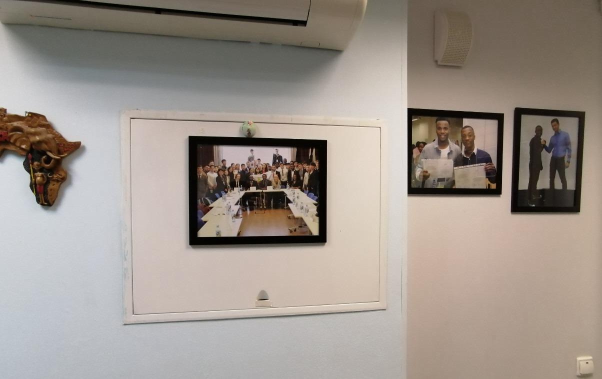 乌拉尔国立经济大学预科的墙上有很多学生的照片
