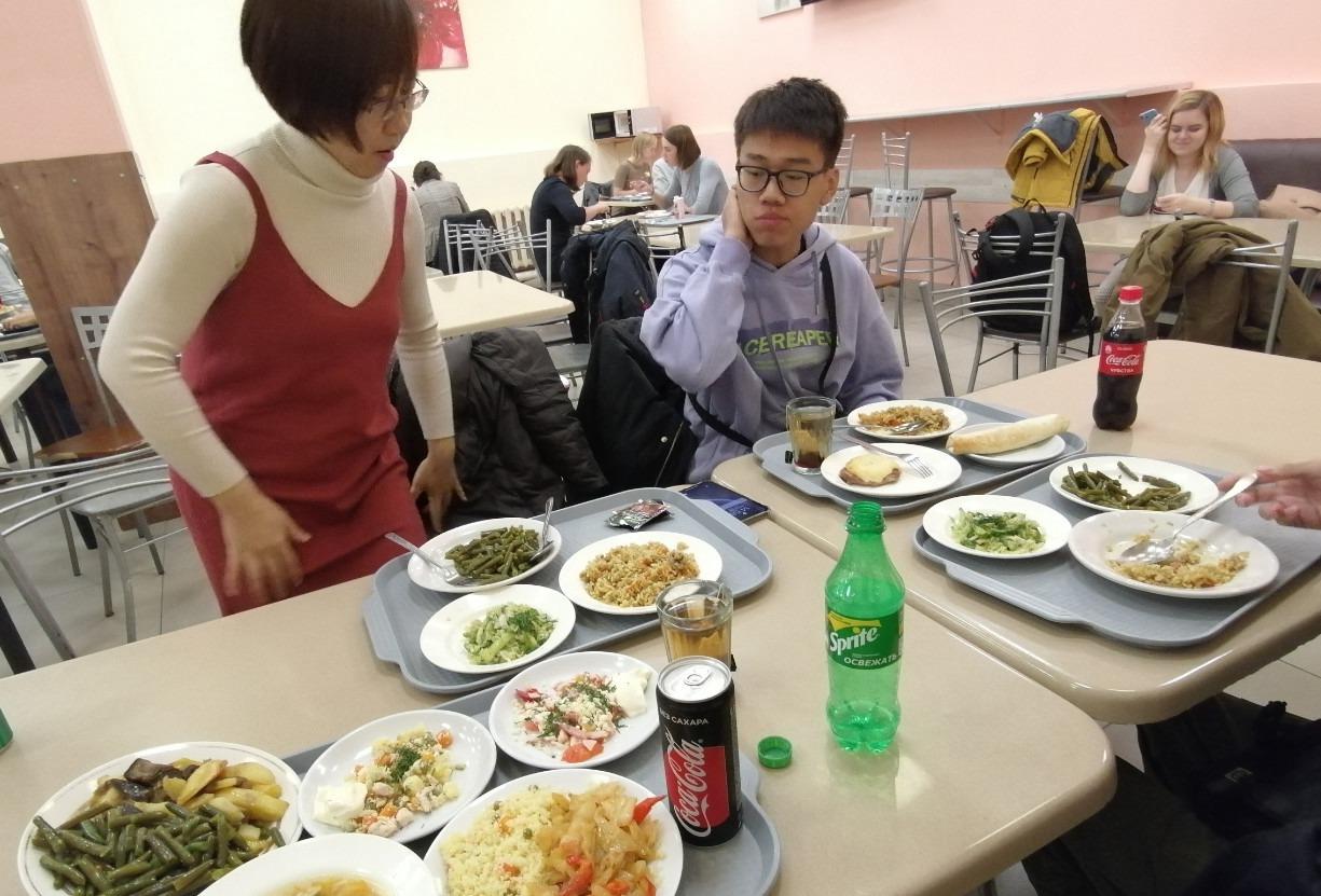 和小牛、小牛妈妈在乌拉尔联邦大学主楼食堂体验俄餐