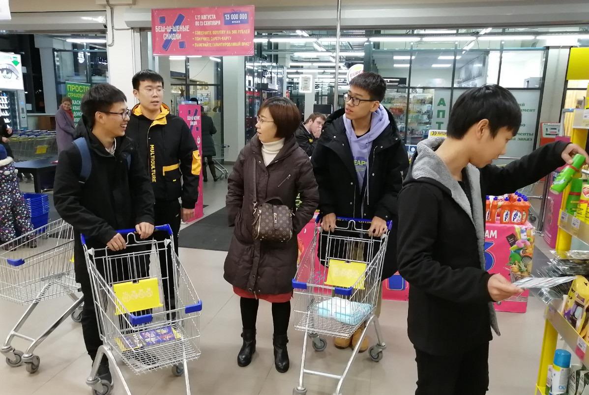 带领小牛、小牛妈妈和其他同学还有炎龙一起我们去Lenta超市采购生活物资