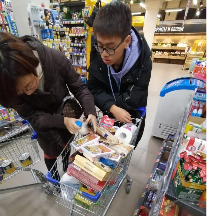 带领小牛、小牛妈妈和其他同学还有炎龙一起我们去Lenta超市采购生活物资|俄罗斯留学生活