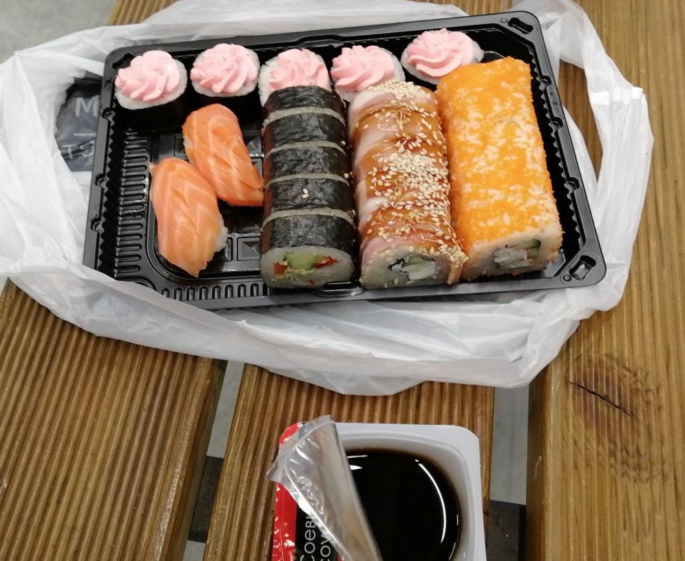 带大家在Lenta超市采购物时特别饿了,买了一份寿司扒拉两口