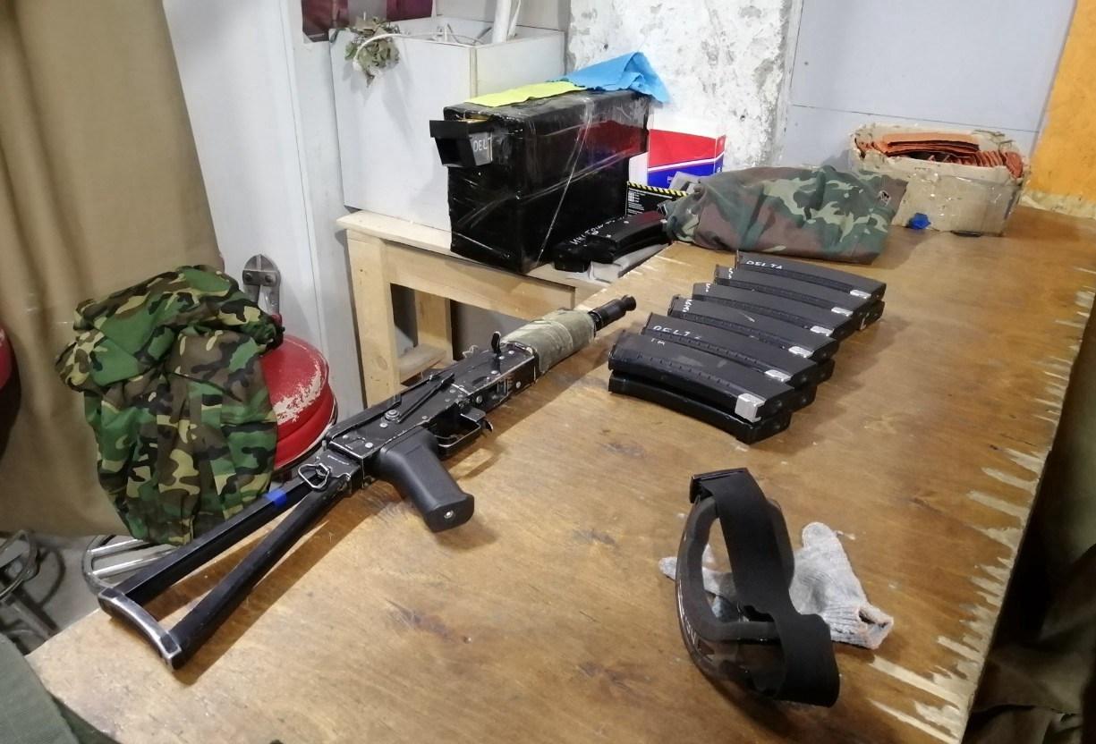 真人CS游戏方提供手枪和AK47(当然都是打BB弹的气枪)给玩家使用|俄罗斯留学生活