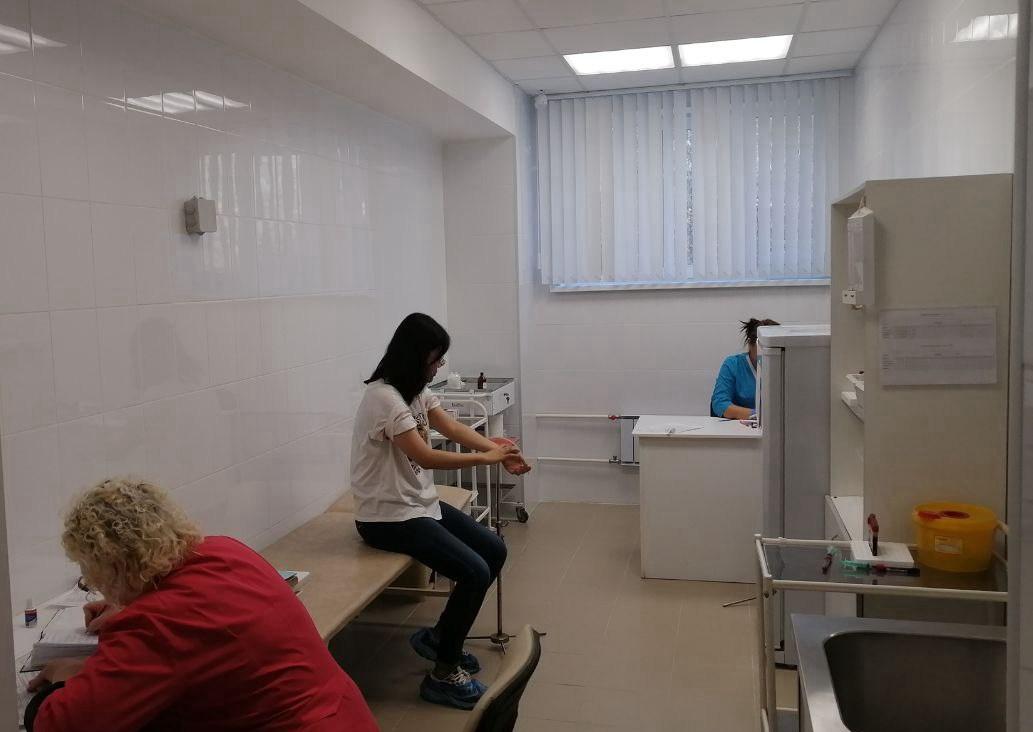 带小狮座俄罗斯留学入学乌拉尔联邦大学的同学在学校医院无艾滋病证明的体检以进行延签